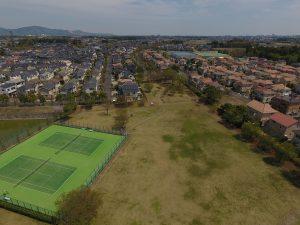 晴れた空にオレンジ色の屋根とテニスコートの緑がとてもよく合います。