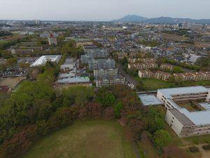 周辺にはカラフルな県営住宅や戸建ての住宅が立ち並んでいます。