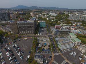 マンションやビルが立ち並ぶつくば駅周辺とそびえ立つ筑波山。