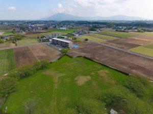 遠くに筑波山を望み、鮮やかな緑一面の芝生広場とのどかな畑が広がります。