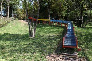 桜や新緑の中で楽しめるローラー滑り台。