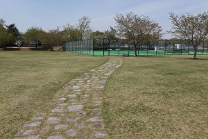 テニスコートにつながる石畳。