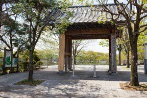 入口の四足門が訪れる人を温かく迎え入れてくれます。