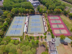 全天候型テニスコートが12面。ナイター照明、観客席、更衣室、シャワー室も完備。