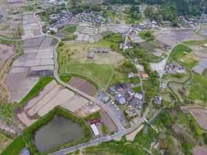 真ん中に3棟並ぶ古民家。奈良・平安時代の常陸国筑波郡の役所跡である「平沢官衙遺跡」です。