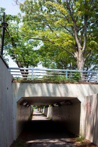 洞峰公園の横のトンネルをくぐって、目的地の松見公園を目指します。