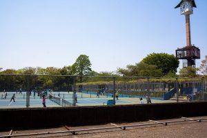 二宮公園まで戻ってきました。この日は日曜日で、テニスをする人が大勢いました。大会のようでした。