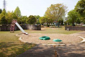 公園も広々として思いっきり走り回れそうです。