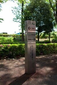ここはつくば公園通りです。つくばセンターまで500m、赤塚公園まで3000m。赤塚公園を目指します。